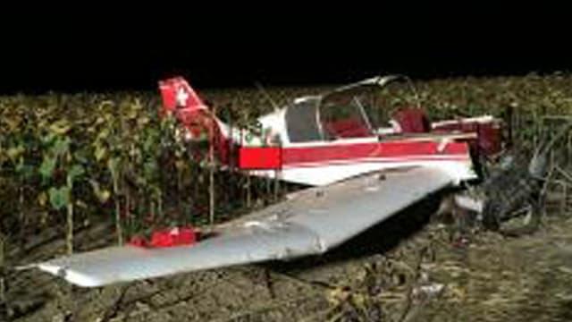 Zerstörtes Kleinflugzeug auf einem Feld