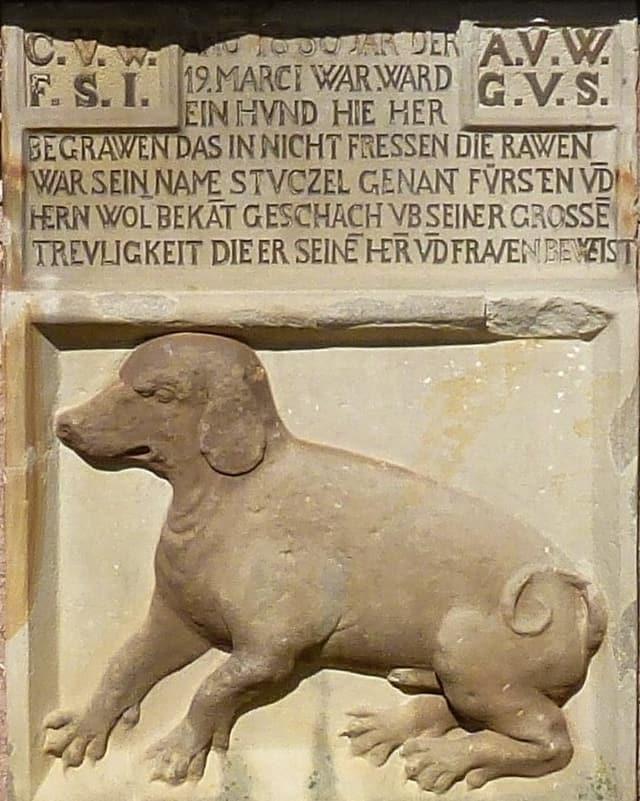 Hunderelief aus dem 17. Jahrhundert. Seitliche Ansicht mit vier grossen Pfoten.