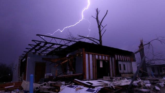 In chametg glischa sur ina chasa destruida entras in tornado.