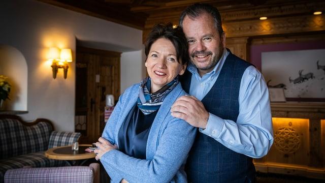 eine Frau und ein Mann mittleren Alters, die sich umarmen