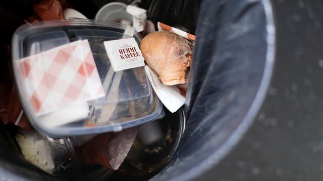 Abfall in einem Abfalleimer.