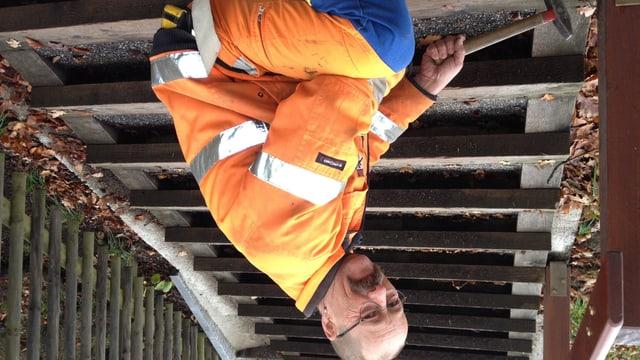 Thomas Baumann, der Chef der St. Galler Treppenbauergruppe, bei der Arbeit.
