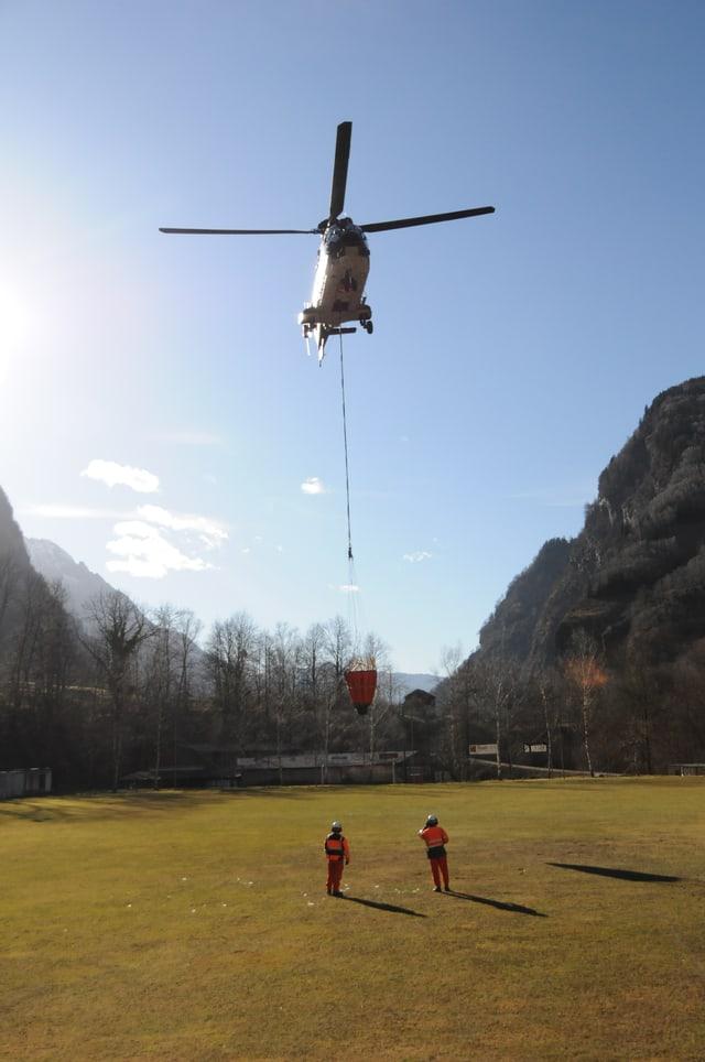 In helicopter da l'armada svizra equipà cun in indriz per stizzar