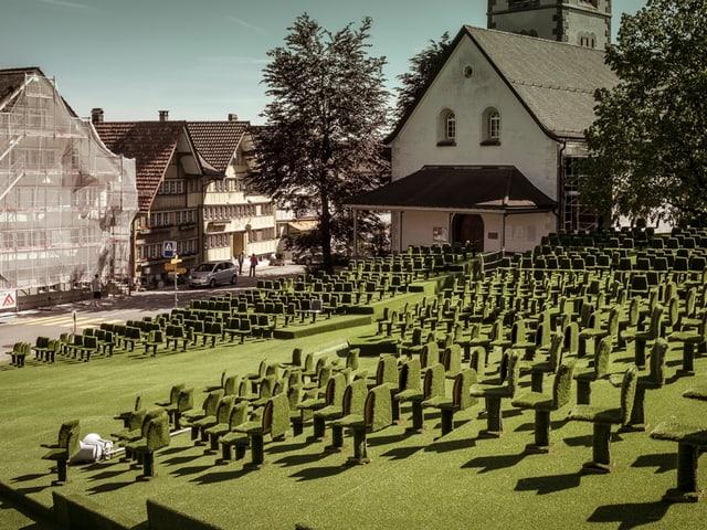 Mit Kunstrasen bezogene Stühle auf einem Platz