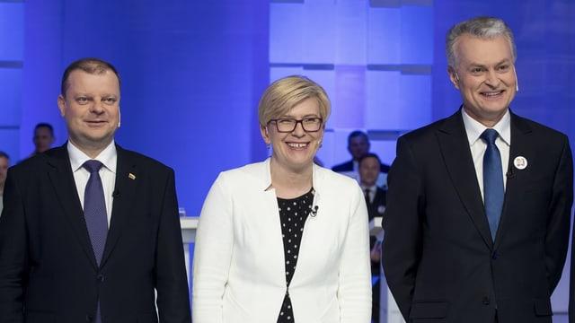 Zwei Männer und eine Frau in der Mitte lachen in die Kameras.
