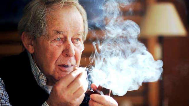 Foto eines älteren Mannes, der Pfeife raucht.