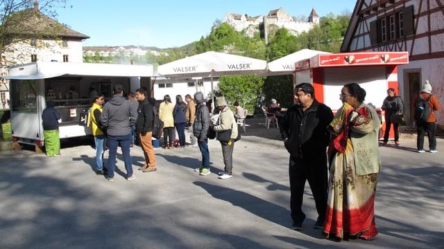 Indische Touristen am Rheinfall.