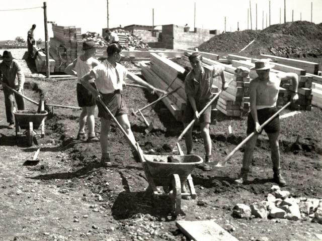 Freiwillige Helfer bauen 1946