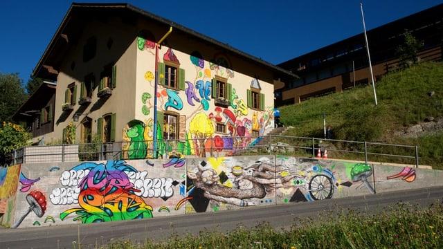 Il hostel Autra Caussa a Danis ed il mir giusut nua ch'ils artists han pudì dissegnar.