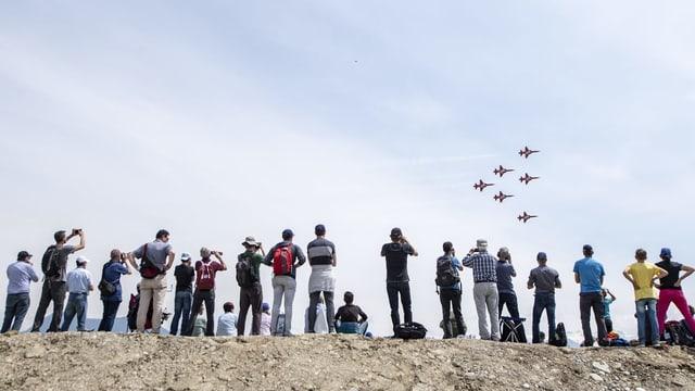 Die Patrouille Suisse fliegt über Emmen.