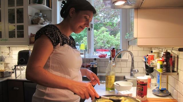 Daniela in der Küche.