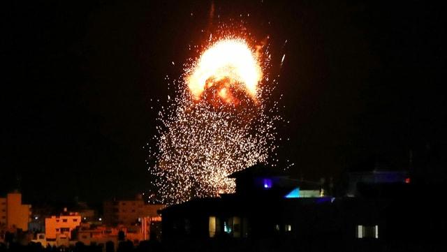 Gaza-Stadt: Rauch und Flammen über einem Gebäude während des israelischen Luftangriffs.