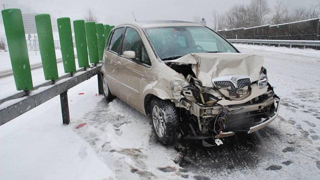 Ein Unfallauto mit eingedrückter Motorhaube.