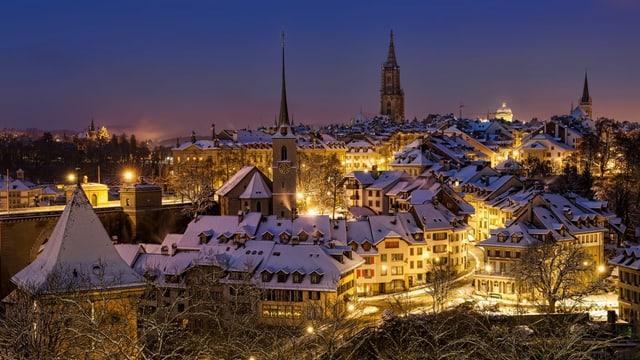 Stadt in der Nacht mit Schnee