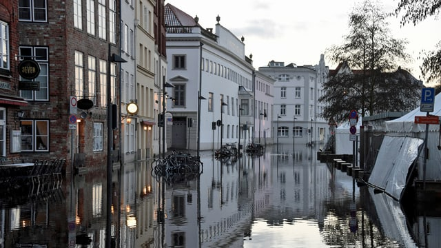 Hochwasser der Trave steht nach der Sturmflut an der Ostsee in Lübeck (Schleswig-Holstein) in der Innenstadt.  (keystone)
