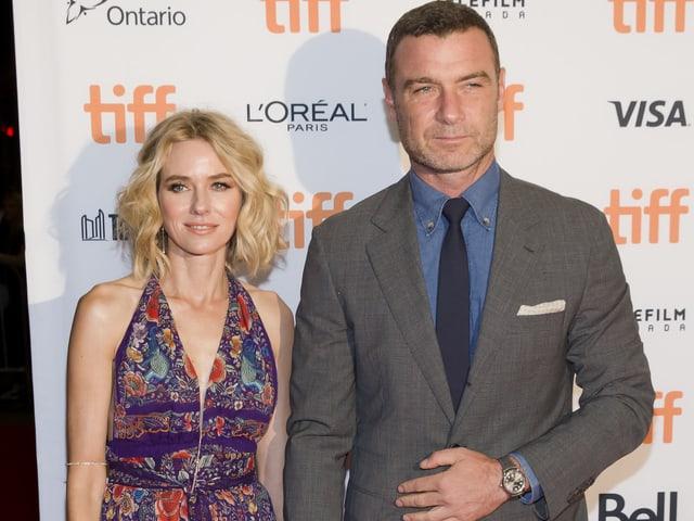 Naomi Watts und Liev Schreiber für die Kamera posierend.