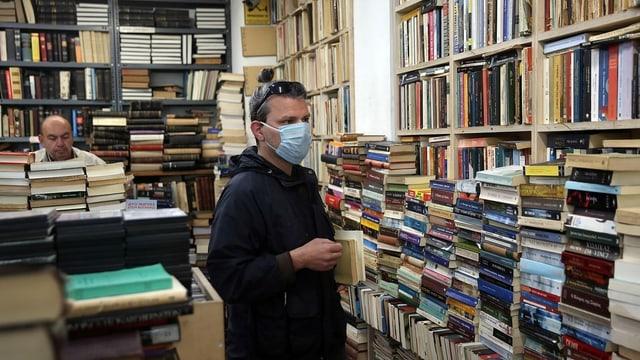Mann in Buchladen in Griechenland.