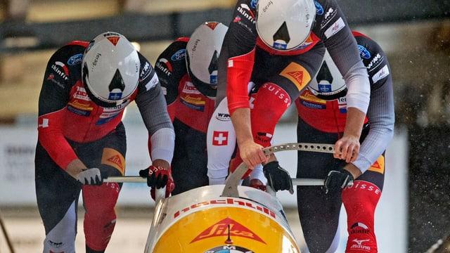 Schweizer Bobteam beim Anschieben