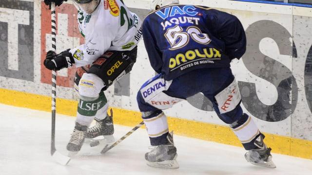 Spieler von Olten und La-Chaux-de-Fonds liefern sich ein Duell.