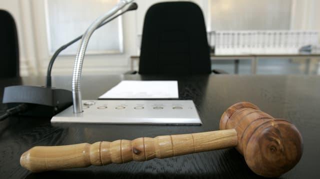 Gerichtshammer im Saal