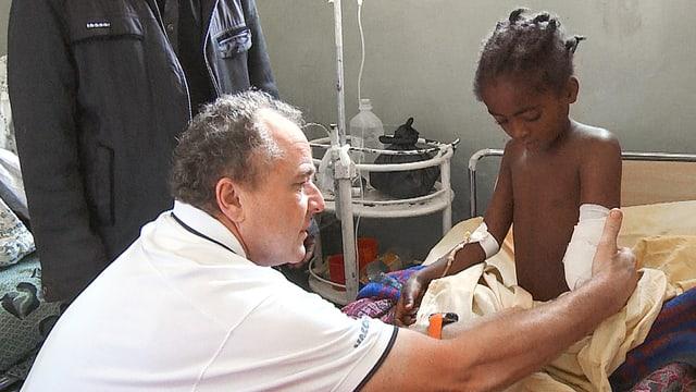 Jörg Peltzer mit der kleinen Rehima im Spital von Jimma