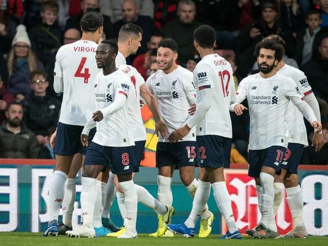 Alex Oxlade-Chamberlain (Mitte) freut sich mit seinen Teamkollegen.