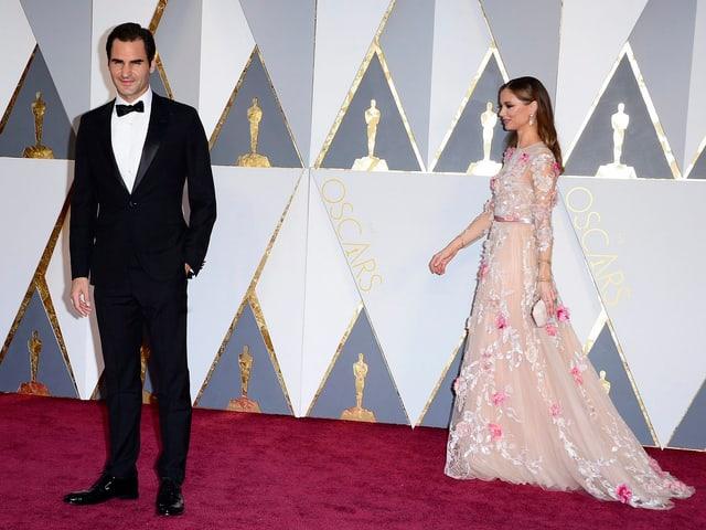 Roger Federer lässt sich zusammen mit Modedesignerin Georgina Chapman auf dem Roten Teppich ablichten.