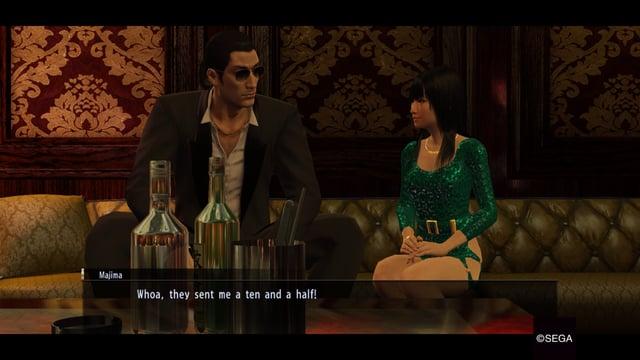 Majima und eine Hostess in einem Club.