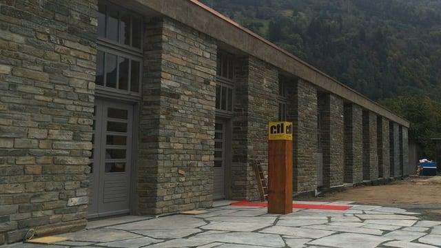 In edifizi d'industria da crap cun bleras portas - quai è il Centro Tecnologico del Legno a Poschiavo.