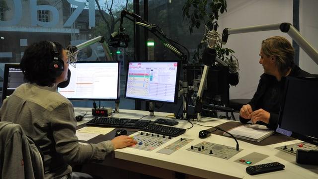 dus moderaturs en il studio da radio