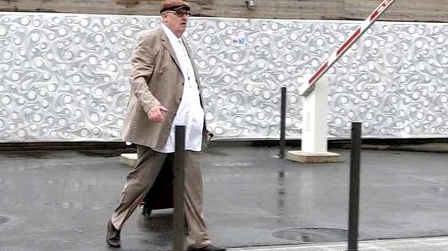 Dieter Behring auf dem Weg ins Bundesstrafgericht zieht einen Rollkoffer