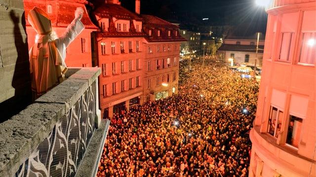 Foto von der Terrasse der Kathedrale, von wo der St. Nikolaus zum Volk spricht.