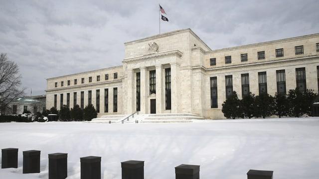 Das Gebäude der US-Notenbank mit Schnee davor