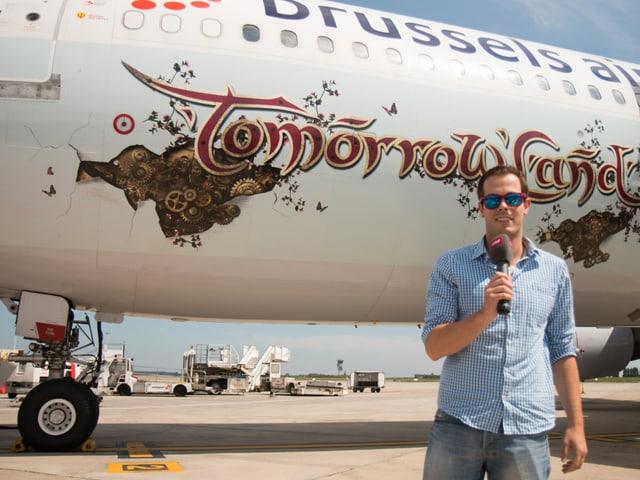Alain Kniebs vor dem Party-Flieger, der ihn ins Tomorrowland bringen wird.
