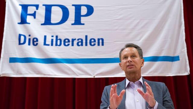 FDP-Chef Müller vor einem Wahlplakat.