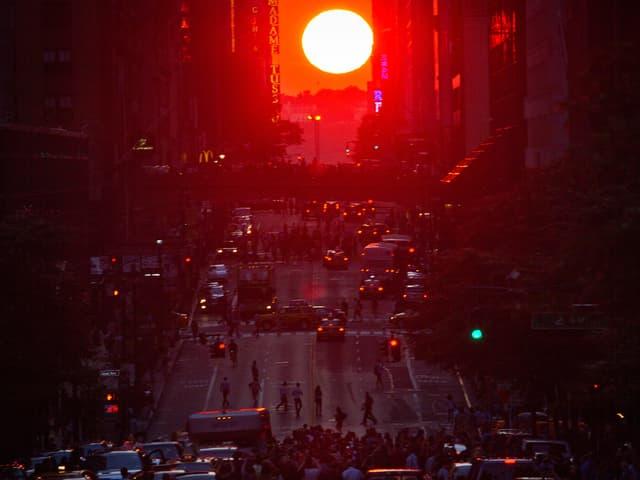 Die Sonne färbt die Stadt in Rot