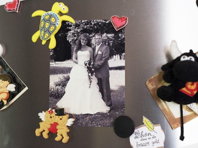 Hochzeitsfoto hängt am Kühlschrank