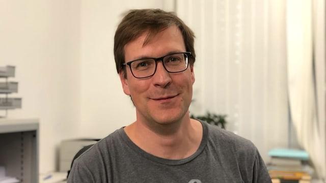 Der Uni-Professor Patrick Emmenegger in seinem Büro in St. Gallen.