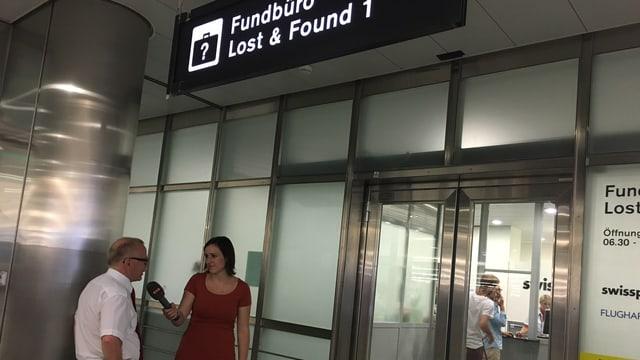 Reportera Fabia Caduff va a mirar tgei che sa chatta en il biro da chat al europort a Turitg