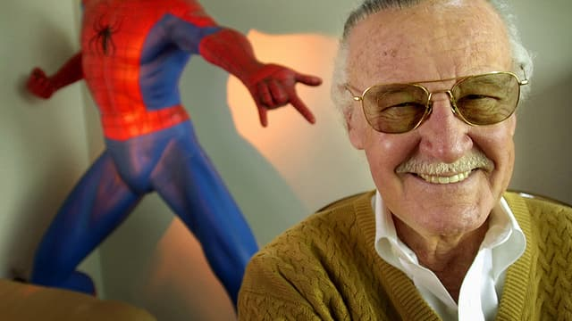 Stan Lee mit Spider-Man-Figur