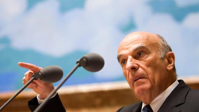 Der ehemalige Bundesrat Hans-Rudolf Merz spricht vor dem Parlament.