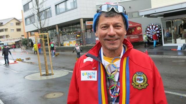 Sandro Forni, OK-Präsident der Goldauer Fasnacht, verlängert Olympia in Goldau.