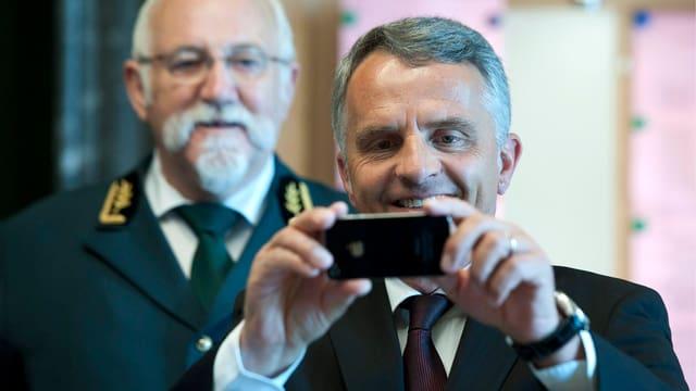 Bundesrat Didier Burkhalter fotografiert mit einem iPhone.