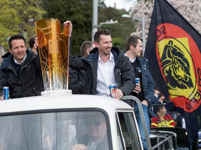 Trainer mit Meisterpokal.
