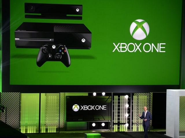Phil Harrison vor einer grünen Xbox One Folie.