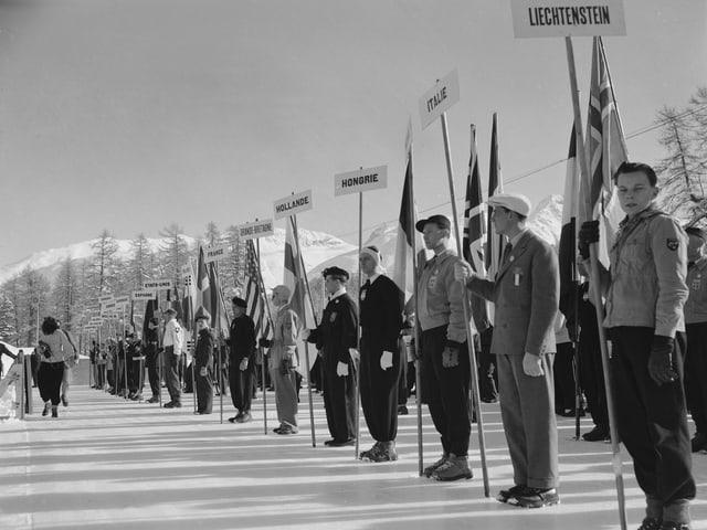 Fahnenträger an der Eröffnungsfeier für die Olympischen Winterspiele 1948 in St. Moritz.