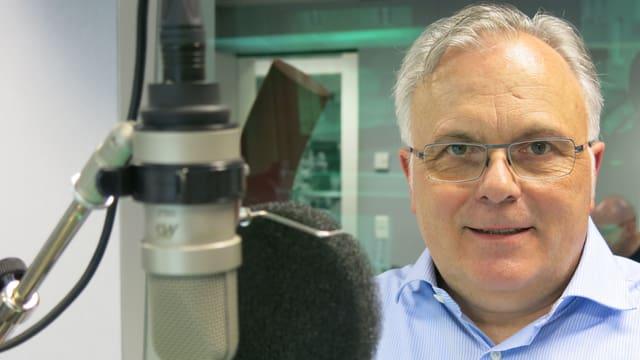 Unternehmer Beat Zaugg beim Interview im SRF-Radiostudio Bern