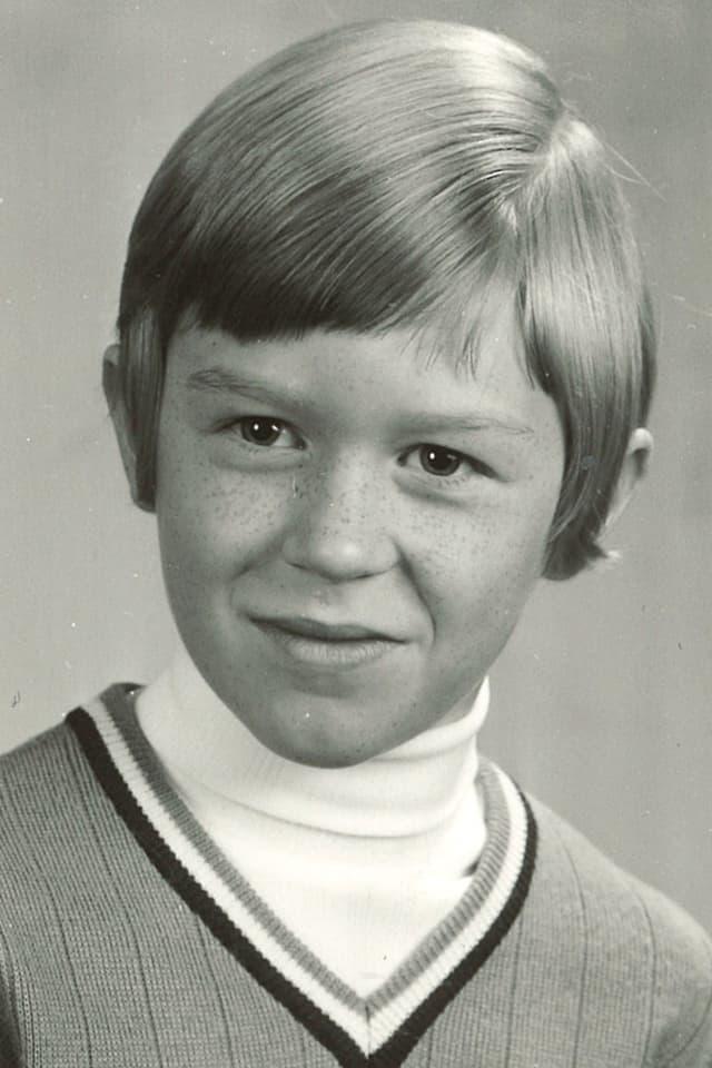 Kleiner Junge mit Seitenscheitel.