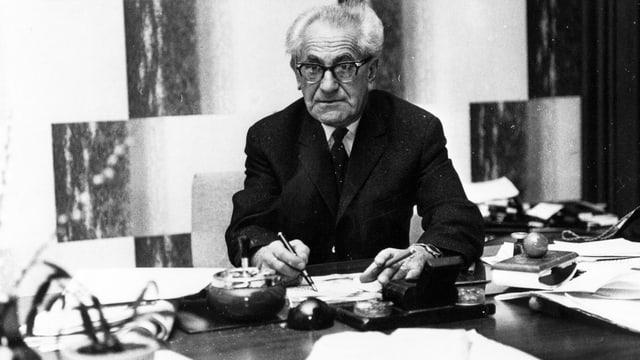 Fritz Bauer an einem Schreibtisch.