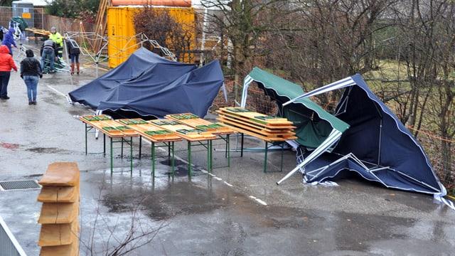 In der Nordwestschweiz wurden schon am Sonntagmorgen Zelte umgeblasen.